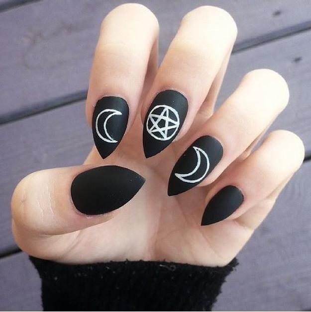 Negro acabado de uñas mate con símbolos de bruja en sorprendente 10 Bewitching Diseños Nail Art | Lea más en http://artesaniasdebricolaje.ru/10-bewitching-nail-art-ideas-for-halloweenwhite