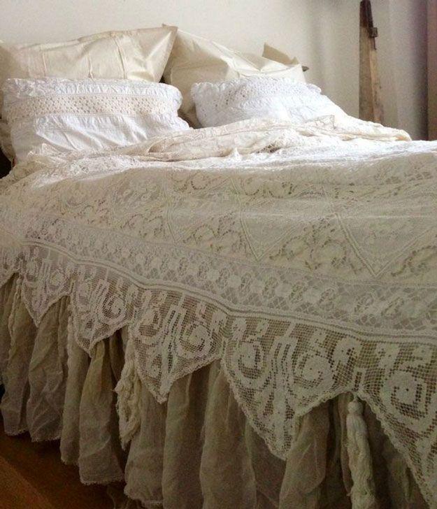 Cordón del vintage elegante lamentable de cama Inspiración | http://artesaniasdebricolaje.ru/12-diy-shabby-chic-bedding-ideas/