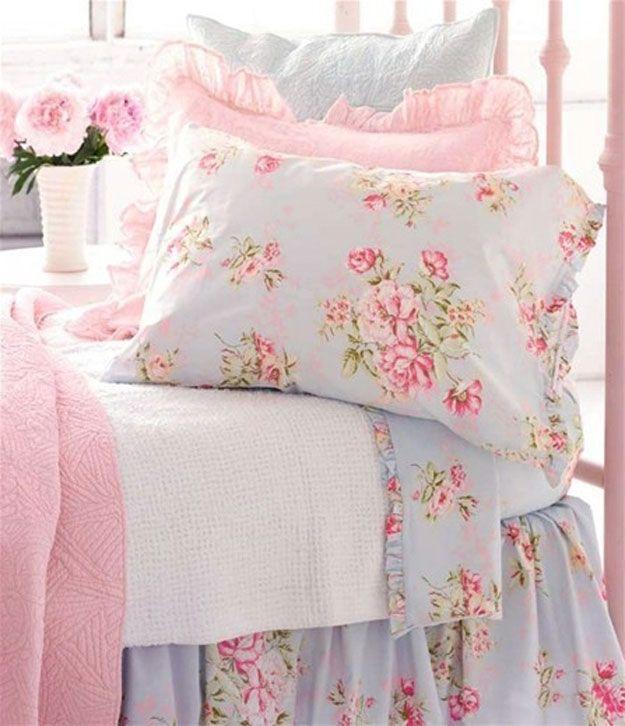 Romántica rosa y azul elegante lamentable de cama | http://artesaniasdebricolaje.ru/12-diy-shabby-chic-bedding-ideas/