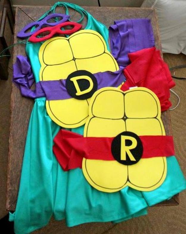 DIY idea del traje Tortuga Ninja rápida, ver más a http://artesaniasdebricolaje.ru/diy-ninja-turtle-costume-ideas