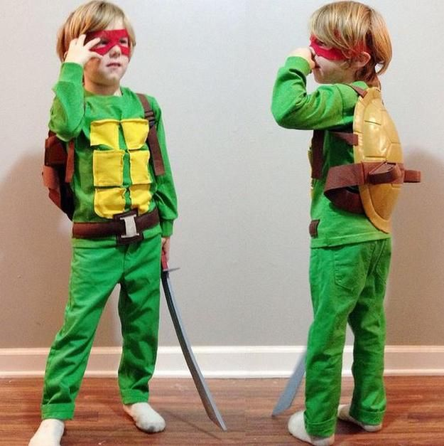 muchachos Tortuga Ninja traje, ver más a http://artesaniasdebricolaje.ru/diy-ninja-turtle-costume-ideas