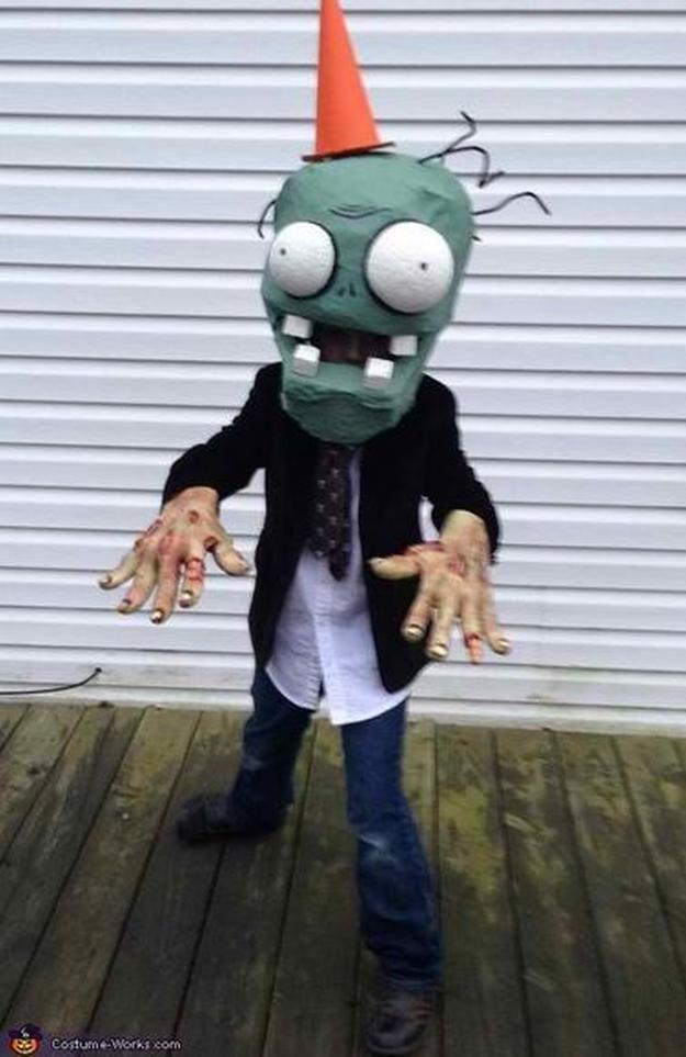 lindo traje de zombie bricolaje, ver más a http://artesaniasdebricolaje.ru/18-diy-zombie-costume-ideas