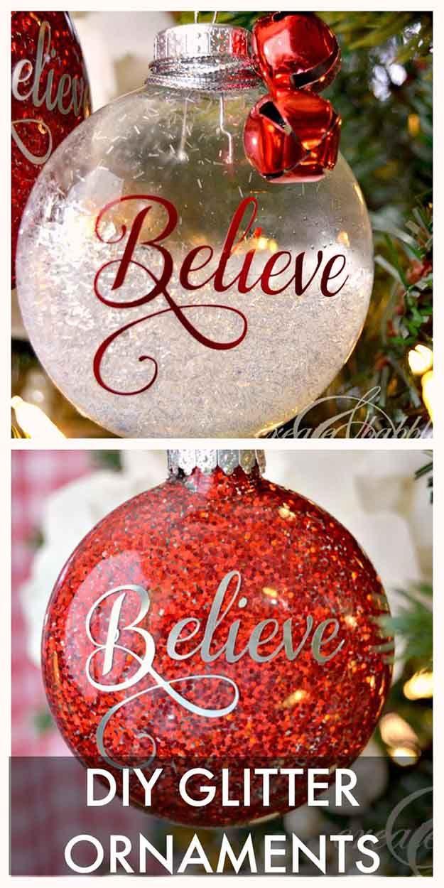 DIY Glitter Adornos | 27 espectacularmente DIY fácil ornamentos de navidad, ver más en http://artesaniasdebricolaje.ru/spectacularly-easy-diy-ornaments-for-your-christmas-tree