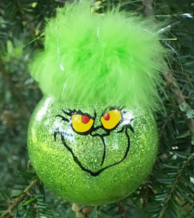 El ornamento de Grinch DIY Navidad   27 espectacularmente DIY fácil ornamentos de navidad, ver más en http://artesaniasdebricolaje.ru/spectacularly-easy-diy-ornaments-for-your-christmas-tree