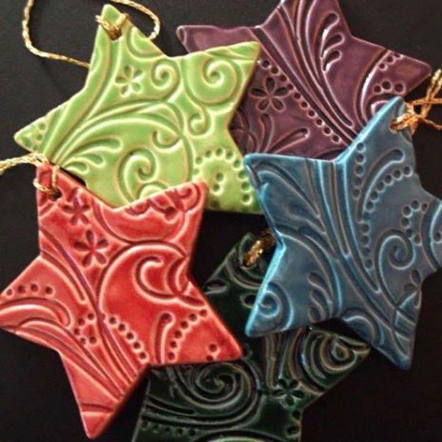 Arcilla estrella DIY Adornos | 27 espectacularmente DIY fácil ornamentos de navidad, ver más en http://artesaniasdebricolaje.ru/spectacularly-easy-diy-ornaments-for-your-christmas-tree