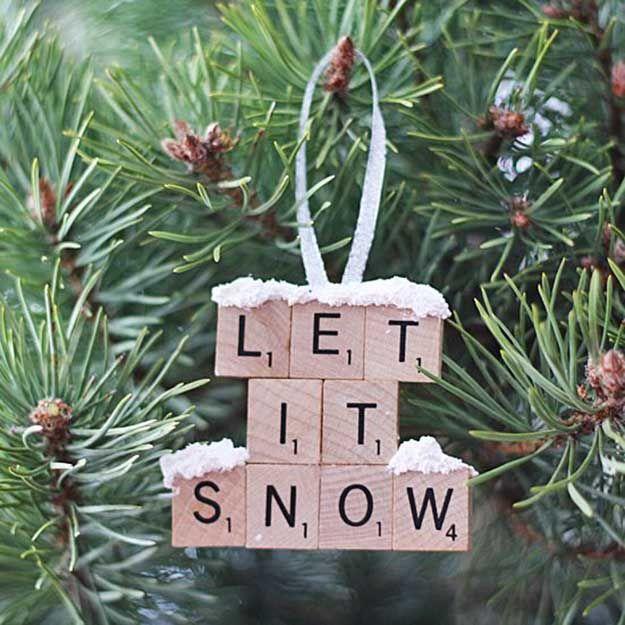 Ornamento del azulejo del Scrabble   27 espectacularmente DIY fácil ornamentos de navidad, ver más en http://artesaniasdebricolaje.ru/spectacularly-easy-diy-ornaments-for-your-christmas-tree