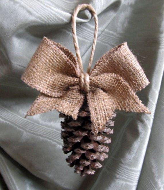 DIY Piña Ornamento | 27 espectacularmente DIY fácil ornamentos de navidad, ver más en http://artesaniasdebricolaje.ru/spectacularly-easy-diy-ornaments-for-your-christmas-tree