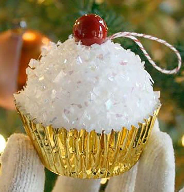 Faux magdalena DIY Adornos de Navidad | 27 espectacularmente DIY fácil ornamentos de navidad, ver más en http://artesaniasdebricolaje.ru/spectacularly-easy-diy-ornaments-for-your-christmas-tree