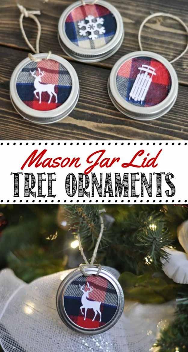 Mason Adornos tapa del frasco | 27 espectacularmente DIY fácil ornamentos de navidad, ver más en http://artesaniasdebricolaje.ru/spectacularly-easy-diy-ornaments-for-your-christmas-tree