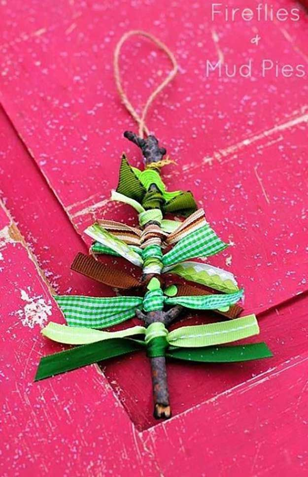 Scrap cinta Ornamento Tutorial | 27 espectacularmente DIY fácil ornamentos de navidad, ver más en http://artesaniasdebricolaje.ru/spectacularly-easy-diy-ornaments-for-your-christmas-tree