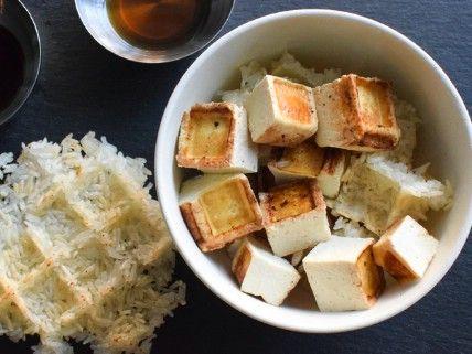 El tofu y arroz pegajoso - 35 deliciosas comidas no lo hiciste't Know You Could Cook in Your Waffle Iron