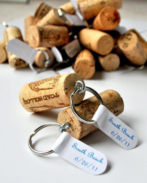 Fácil corcho del vino Artesanía Regalo | http://artesaniasdebricolaje.ru/more-wine-cork-crafts-ideas/