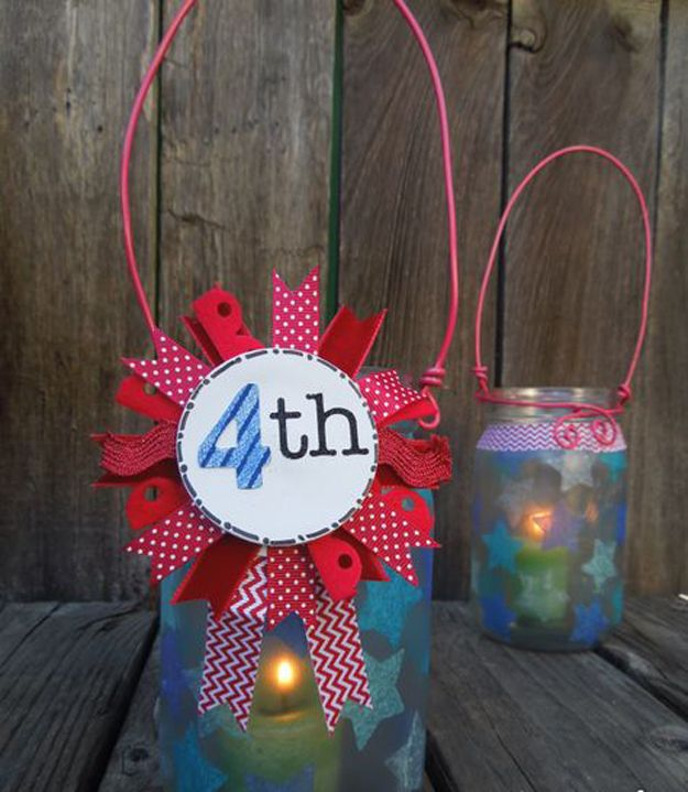 DIY Mason Jar linterna para el 4 de julio | http://artesaniasdebricolaje.ru/4th-of-july-mason-jar-lanterns/