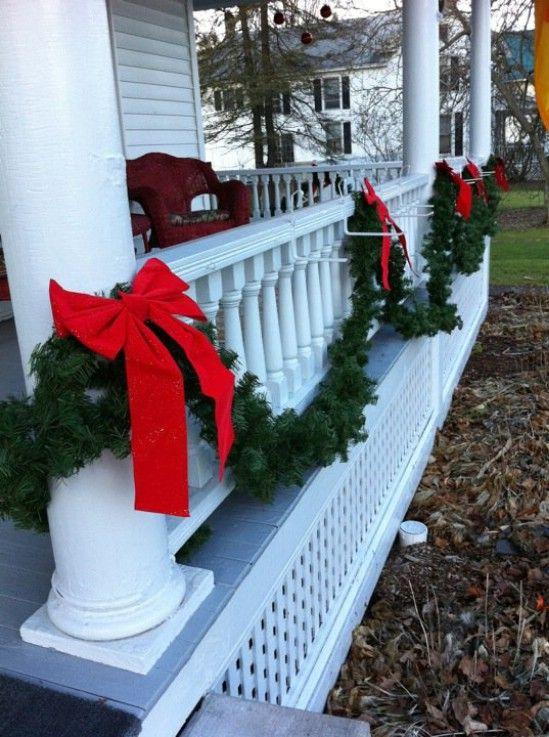 Simple pero elegante - 60 bellamente festivas maneras de decorar tu porche para Navidad