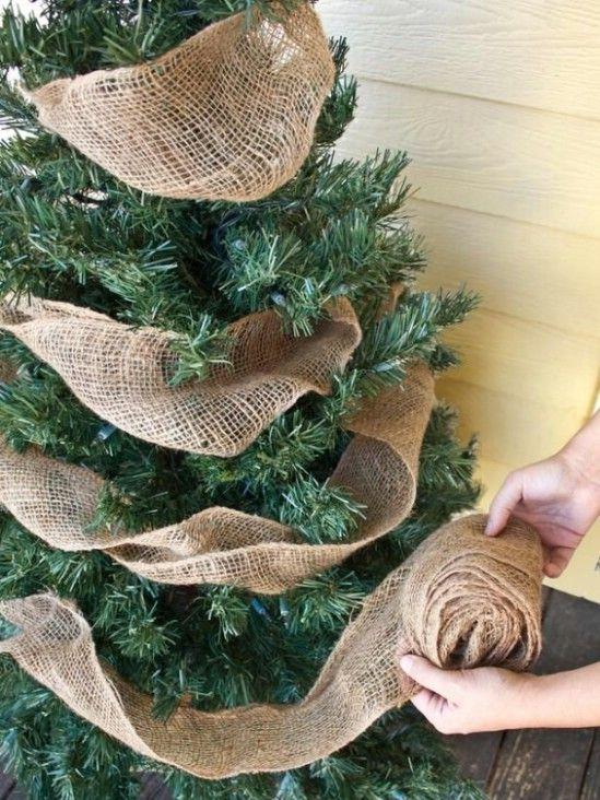 Arpillera Garland - 60 maravillosamente festivas maneras de decorar su porche para Navidad