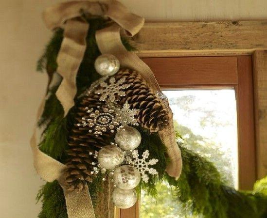 Piñas y copos de nieve - 60 maravillosamente festivas maneras de decorar su porche para Navidad