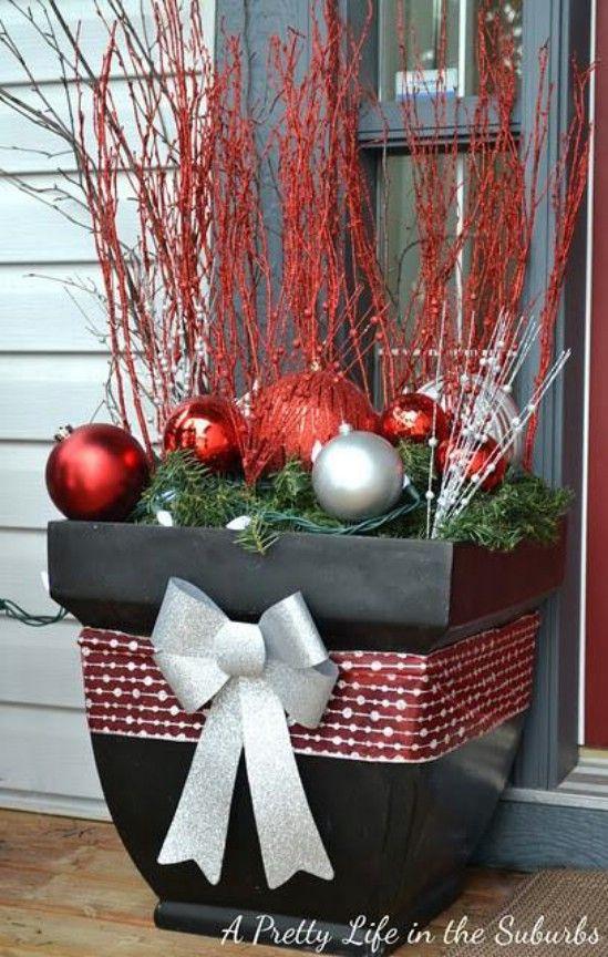 Macetas decorativas - 60 maravillosamente festivas maneras de decorar su porche para Navidad