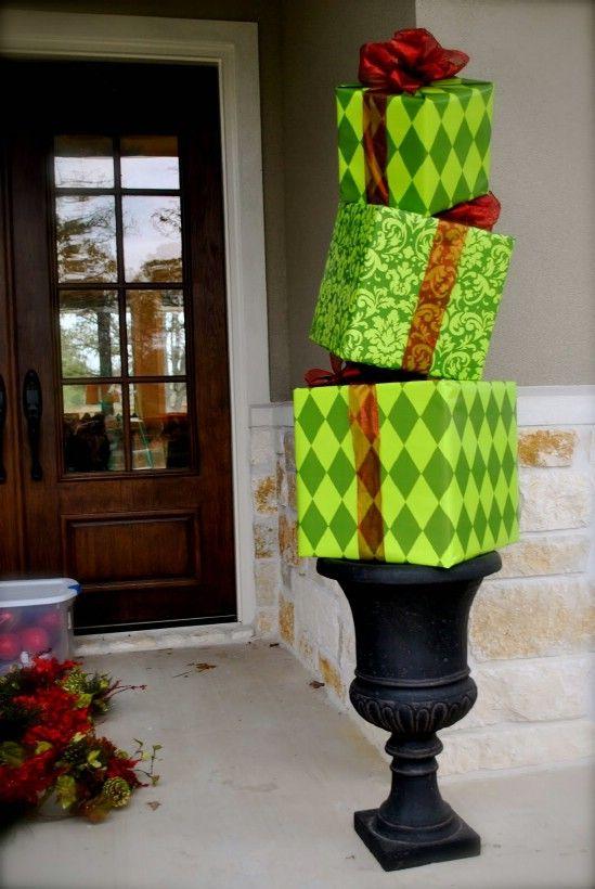 Hacer un regalo Topiary - 60 maravillosamente festivas maneras de decorar su porche para Navidad