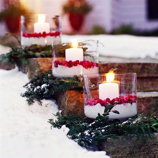 Luminarias Cranberry - 60 maravillosamente festivas maneras de decorar su porche para Navidad