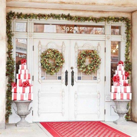 Las salpicaduras simples de Red - 60 maravillosamente festivas maneras de decorar su porche para Navidad
