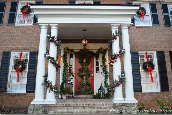 Guirnaldas Triple - 60 maravillosamente festivas maneras de decorar su porche para Navidad