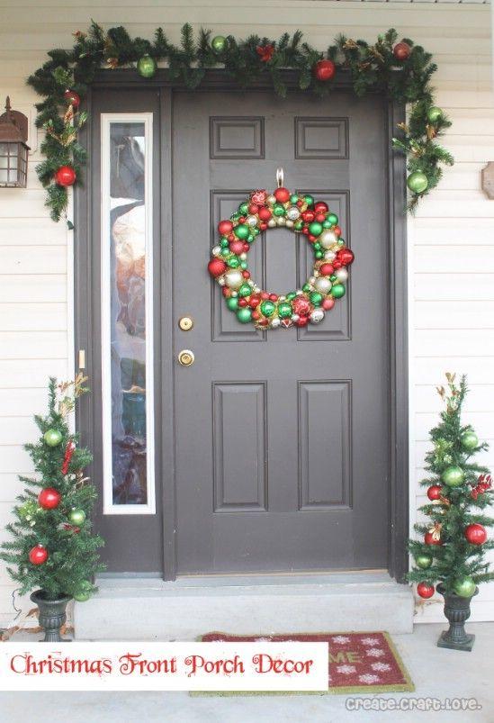 Un montón de rojo y verde - 60 maravillosamente festivas maneras de decorar su porche para Navidad