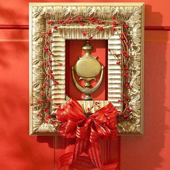 Marcos En lugar de Coronas - 60 bellamente festivas maneras de decorar su porche para Navidad
