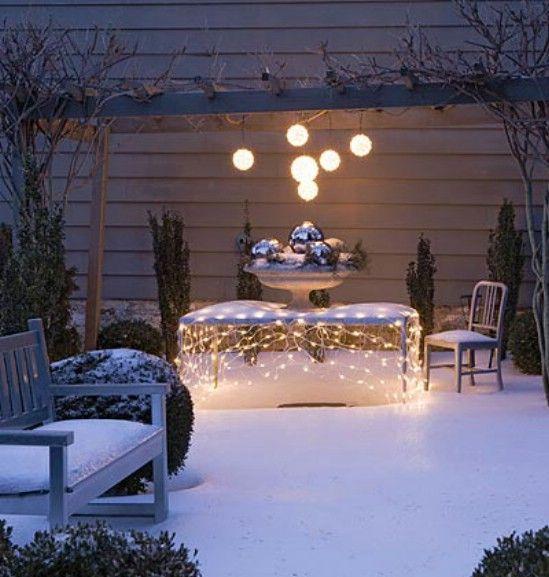 Establecer una mesa exterior - 60 maravillosamente festivas maneras de decorar su porche para Navidad