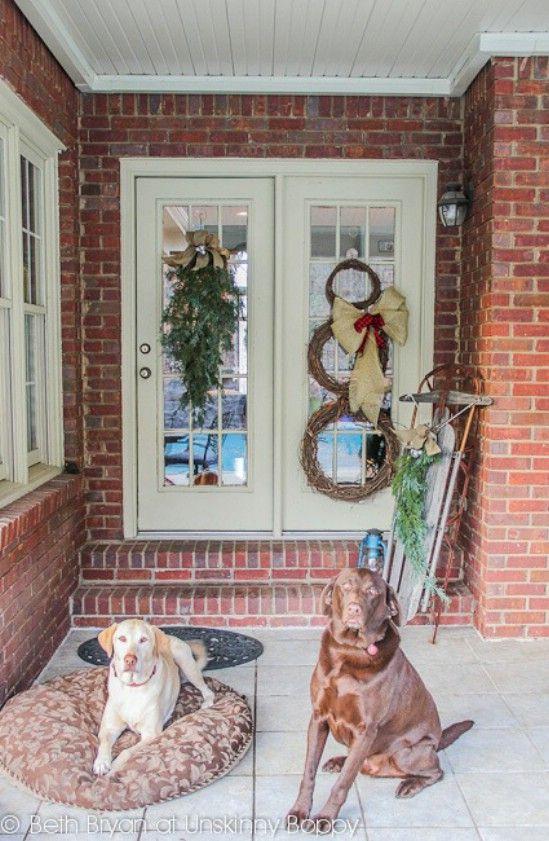 Use trineos - 60 maravillosamente festivas maneras de decorar su porche para Navidad