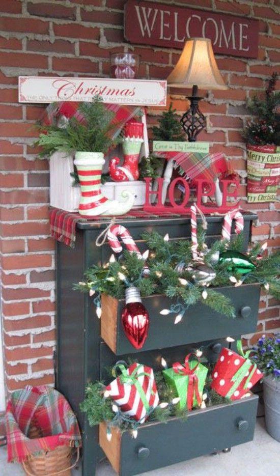 Use un Dresser - 60 maravillosamente festivas maneras de decorar su porche para Navidad