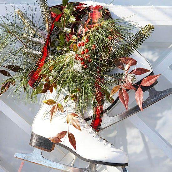 Patines de hielo - 60 maravillosamente festivas maneras de decorar su porche para Navidad