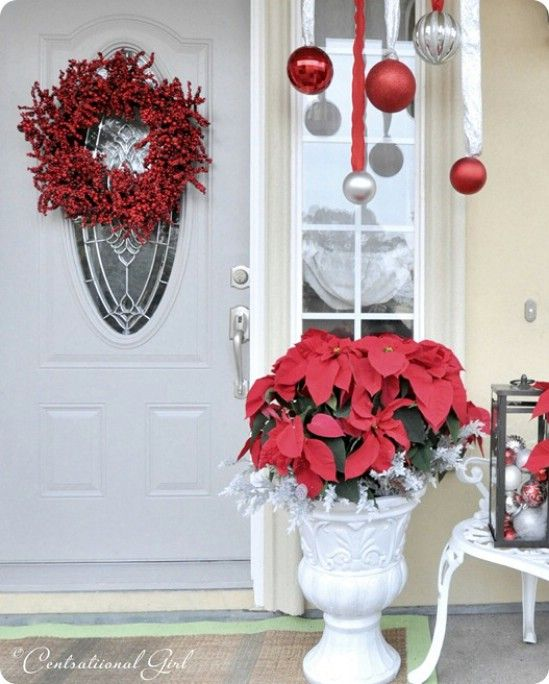 Poinsettias - 60 maravillosamente festivas maneras de decorar su porche para Navidad