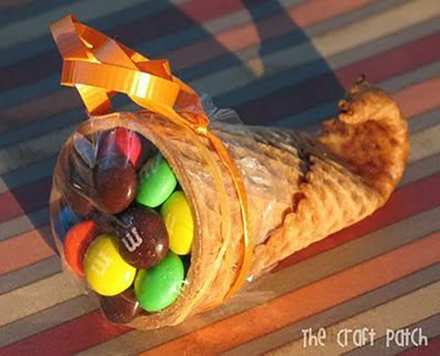 Cono Azúcar Cornucopia | 17 de bricolaje de Acción de Gracias Manualidades para adultos, ver más a http://artesaniasdebricolaje.ru/amazingly-falltastic-thanksgiving-crafts-for-adults
