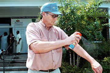 Hombre pulverización de repelente de insectos
