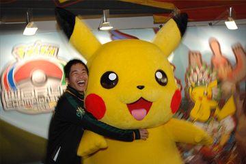 Fan abraza Pokemon Pikachu mascota en el torneo