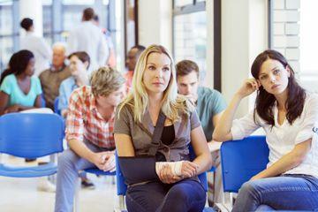La gente espera en una sala de espera del hospital.