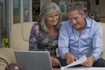 pareja revisa los impuestos