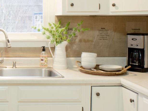 Cocina blanca con protector contra salpicaduras Hecho de arpillera y Recetas