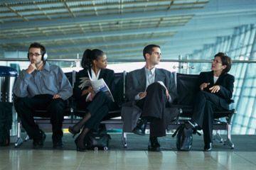 Los viajeros en el aeropuerto.