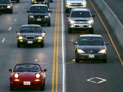Hay varios incentivos para los propietarios de automóviles híbridos, y obtener una calcomanía HOV puede ser uno de ellos.