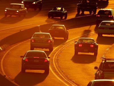 Los propietarios de automóviles híbridos han arrebatado calcomanías HOV, pero el gran número de coches híbridos en el carril de diamantes en realidad pueden haber hecho el tráfico en algunas zonas peores.