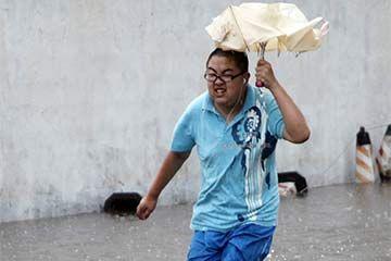hombre corriendo en la inundación
