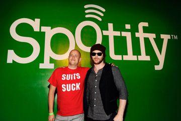 CEO de Spotify Daniel Ek (izquierda) y el empresario Sean Parker plantean a Sean Parker's Celebration of Music on Sept. 22, 2011 in San Francisco.
