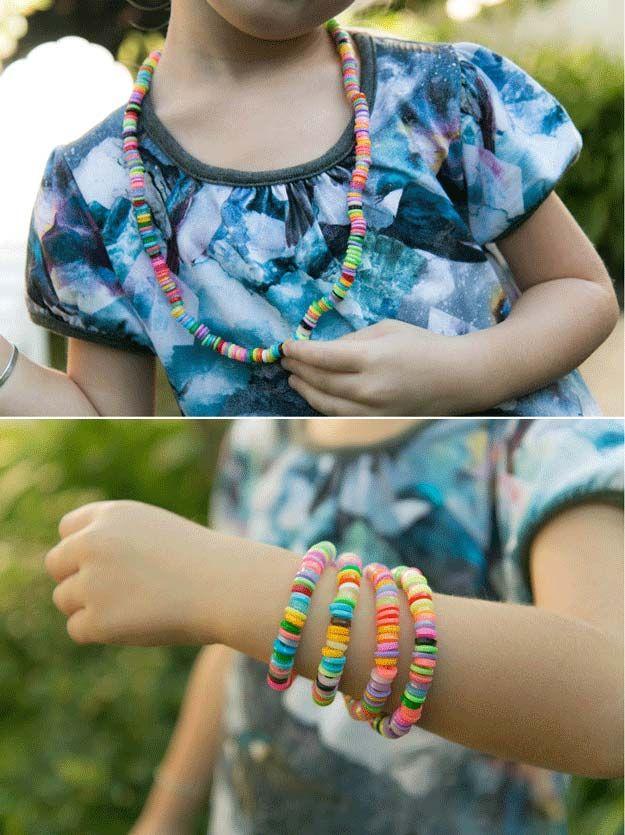 Proyecto joyería linda y fácil de bolas para niños | http://artesaniasdebricolaje.ru/cheap-diy-jewelry-projects-for-girls/