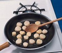 Asegúrese de que el aceite esté bien caliente antes de añadir las vieiras.