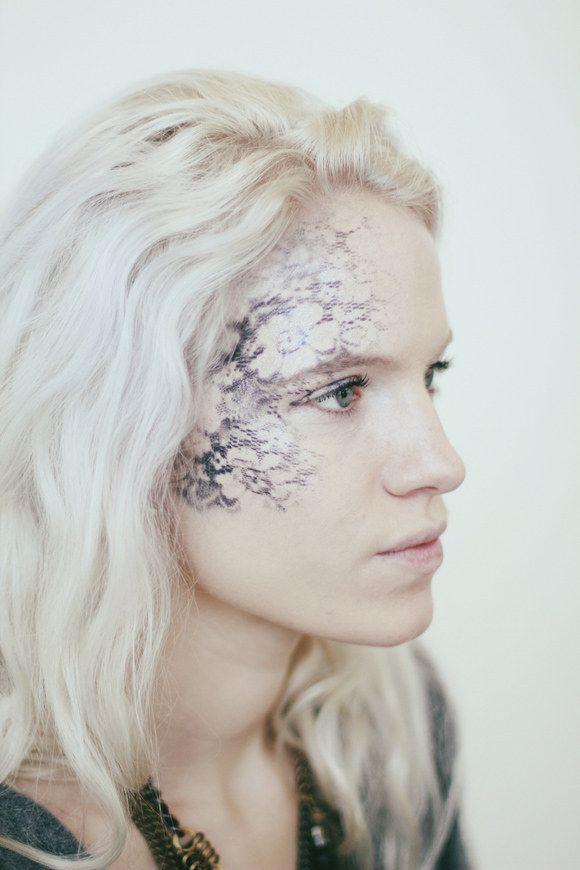 Lady in Lace - Enfriar maquillaje de Halloween | 25 Parece que son realmente fácil, ver más a http://artesaniasdebricolaje.ru/cool-halloween-makeup-25-looks-that-are-actually-easy