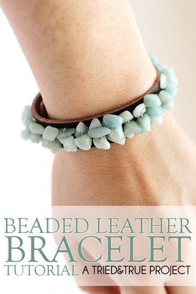 De cuero hecha a mano con cuentas pulsera Designs | http://artesaniasdebricolaje.ru/diy-beaded-bracelets-you-should-be-making/