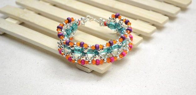 DIY Boho Inspirado pulsera moldeada Designs | http://artesaniasdebricolaje.ru/diy-beaded-bracelets-you-should-be-making/
