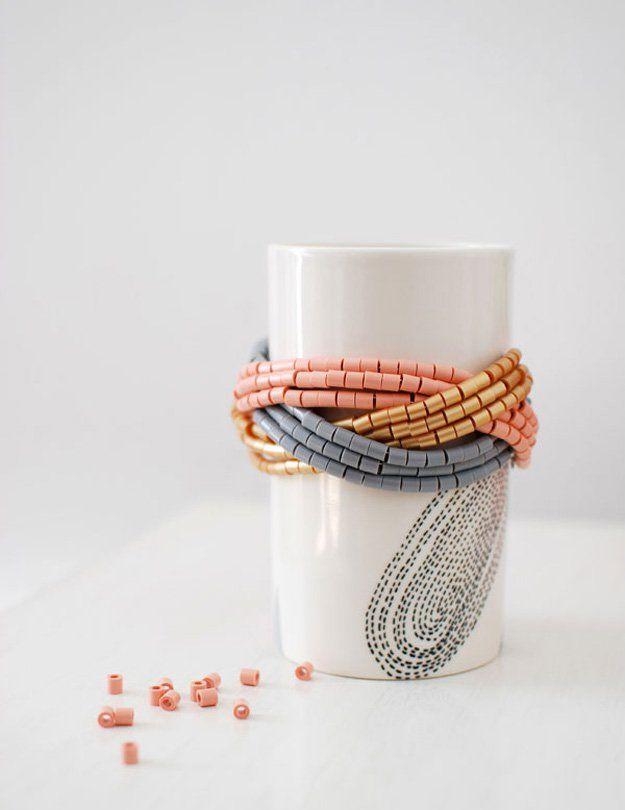 Simple hecho en casa Cuff DIY Pulsera de cuentas | http://artesaniasdebricolaje.ru/diy-beaded-bracelets-you-should-be-making/