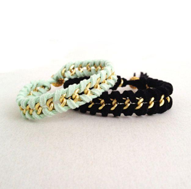 Acentos de cadena en tus pulseras trenzadas hacen más de moda.